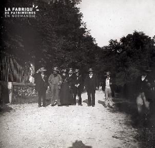 B026 Groupe de 8 personnes en costume sur un chemin