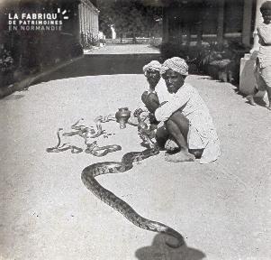 B027 Inde 2 dresseurs de serpent dans la rue