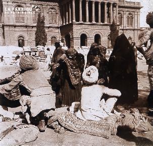 B027 Inde foule sur une place devant un monument