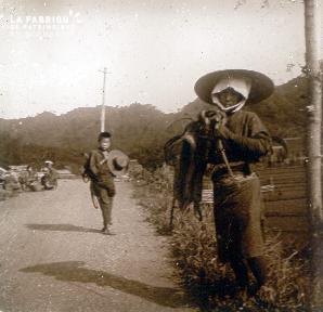 B027 Indochine un enfant et un homme sur un chemin