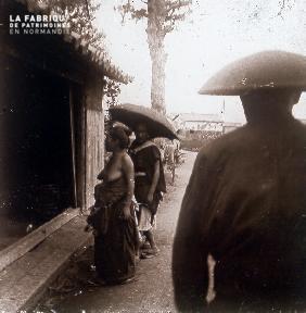 B027 Indochine 2 femmes et un homme de dos