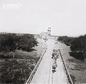 B027 Maroc vue sur un pont traversé par des chèvres