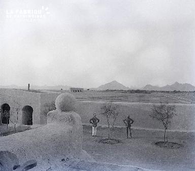 B029 Afrique 2 hommes à l'interieur du fort