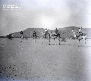 B029 Afrique 5 hommes sur des dromadaires
