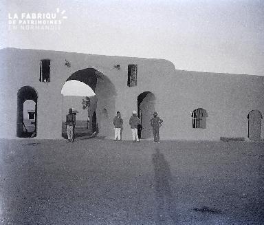 B029 Afrique façade du fort quatre hommes