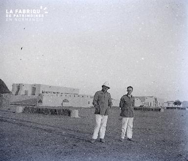 B029 Afrique deux hommes devant un fort