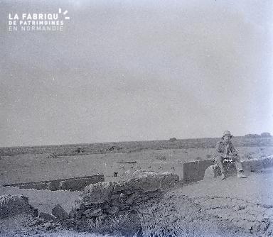 B030 Afrique 1 homme assis sur un mur