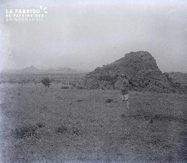 B030 Afrique 1 homme devant 1 rocher