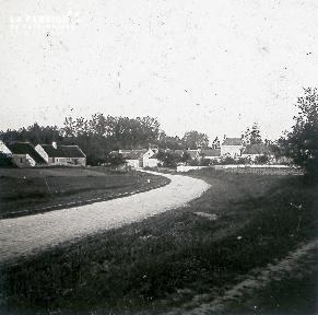 B031 Chemin de terre menant à un village2 cf B025