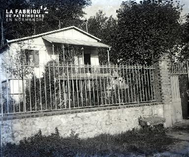 B031 Maison derrière la grille