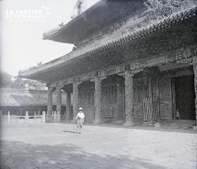 B032 Chine un homme devant un monument