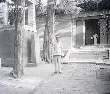 B032 Chine deux hommes devant un monument