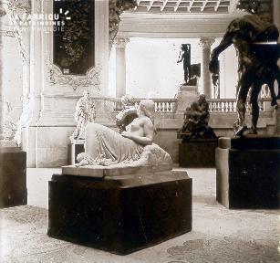 B035 Différentes statues en intérieur