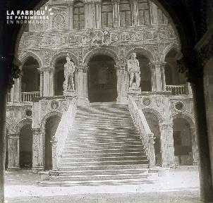 B035 Paris monument vue d'un porche sur un escalier