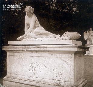 B035 Paris statue femme assise