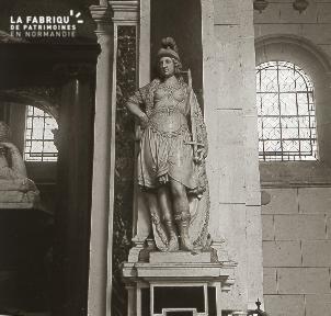 B035 Paris statue femme debout interieur d'une église