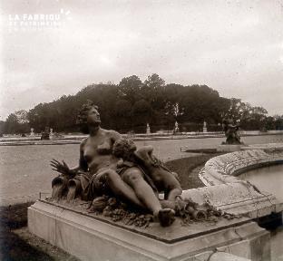 B035 Paris statue femme et enfant assis