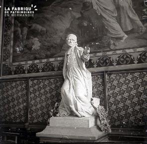 B035 Paris statue homme debout intérieur