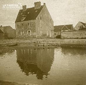 B036 La Hague vue sur 1 maison devant 1 rivière