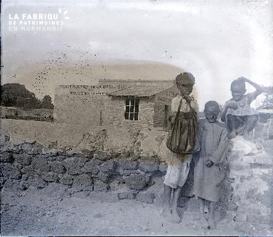 B037 Afrique 3 enfants devant Basilique