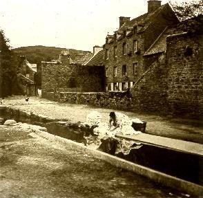 B040 lavandière dans village