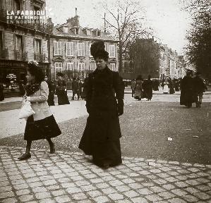 B041 femme dans la rue