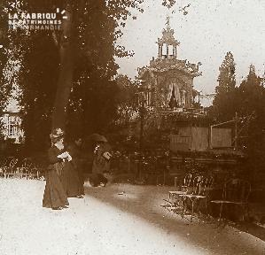 B041 femmes dans jardin et kiosque