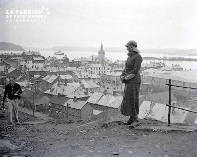 B042 Norvege Femme et vue sur les toits d'un village 1925