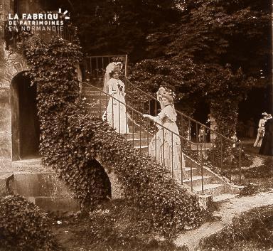 B044  2 femmes dans jardin 1