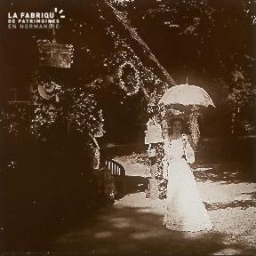 Femme avec ombrelle à a Belle Epoque