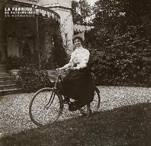 B044 Jane Henriot à vélo