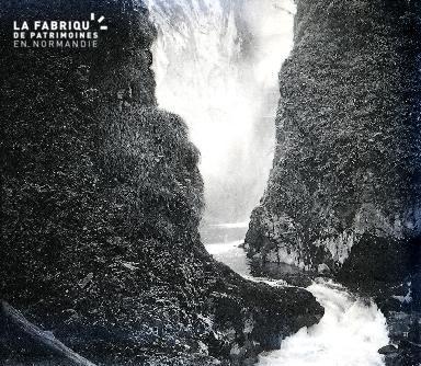 B045 1 chute d'eau entre les rochers