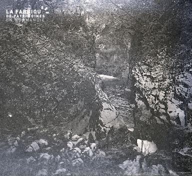 B045 Une rivière entre les rochers