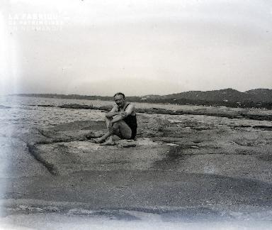 B048 Homme assis au bord de l'eau