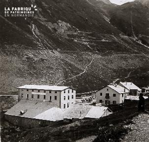 B051 L'usine au pied de la montagne