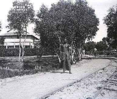 B055 Homme près de la voie ferrée