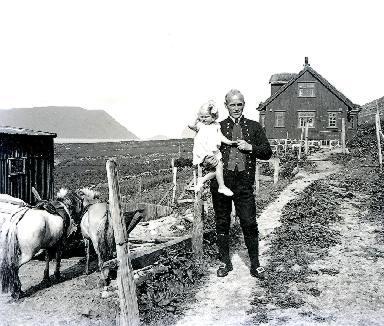 Un homme pose avec une fillette dans les bras