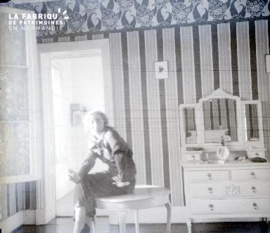 B060 Femme assise sur la table