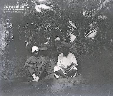 B062 Mauritanie colons assis sous les palmiers