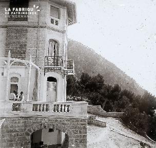 B065 Trois hommes sur la terrasse