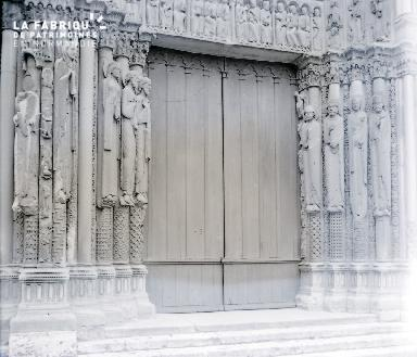 B067 La porte de la cathédrale