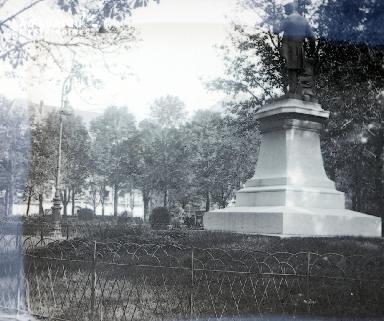 B067 La statue dans le parc
