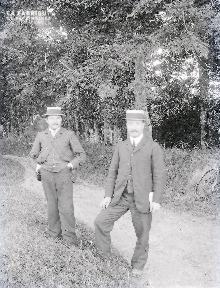 B072 Portrait deux hommes dans le chemin