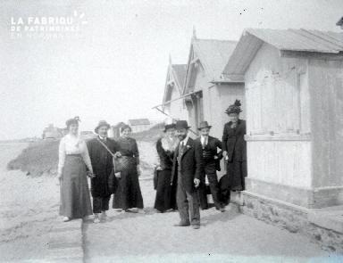 B072 Portrait de groupe devant cabine