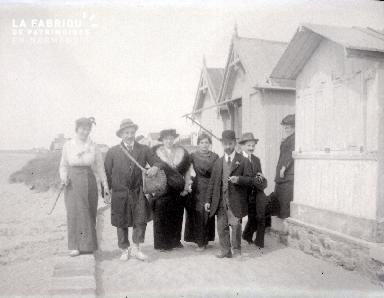 B072 Portrait de groupe devant cabine 2