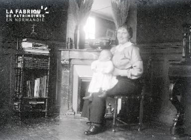 B072 Portrait femme assise avec bébé