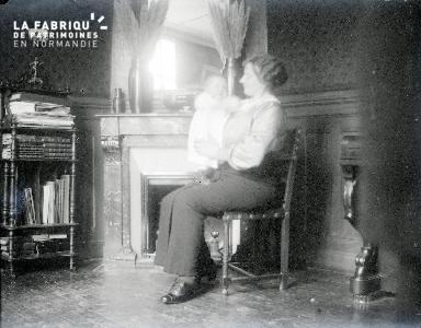 B072 Portrait femme assise avec bébé 2