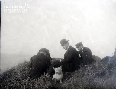 B073 4 hommes et un chien