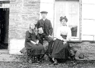 B073 Portrait l'homme au livre et 2 jeunes filles