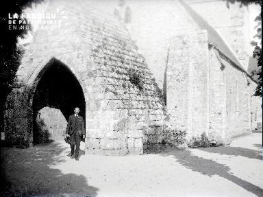B075 A la sortie de l'église
